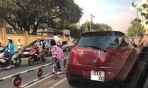 Mẹ dừng ô tô giữa đường phố Sài Gòn dắt con qua đường đi học